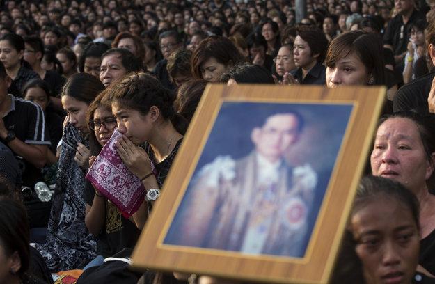 Thajčania oplakávajú zosnulého panovníka.
