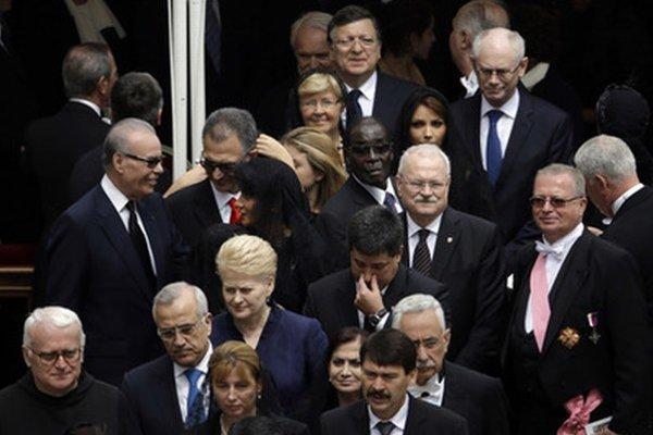Svetovi politici na svätoreční pápežov vo Vatikáne.
