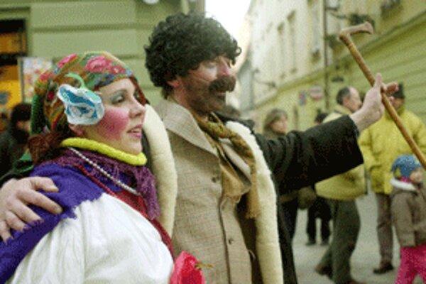 Súčasťou vyvrcholenia fašiang sú v niektorých obciach hornej Nitry aj fašiangové sprievody v maskách.