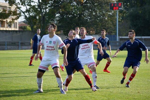 Matúš Mrázik (v strede, v modrom) strelil jediný gól v zápase Tovarníky - H. Kráľová (1:0).
