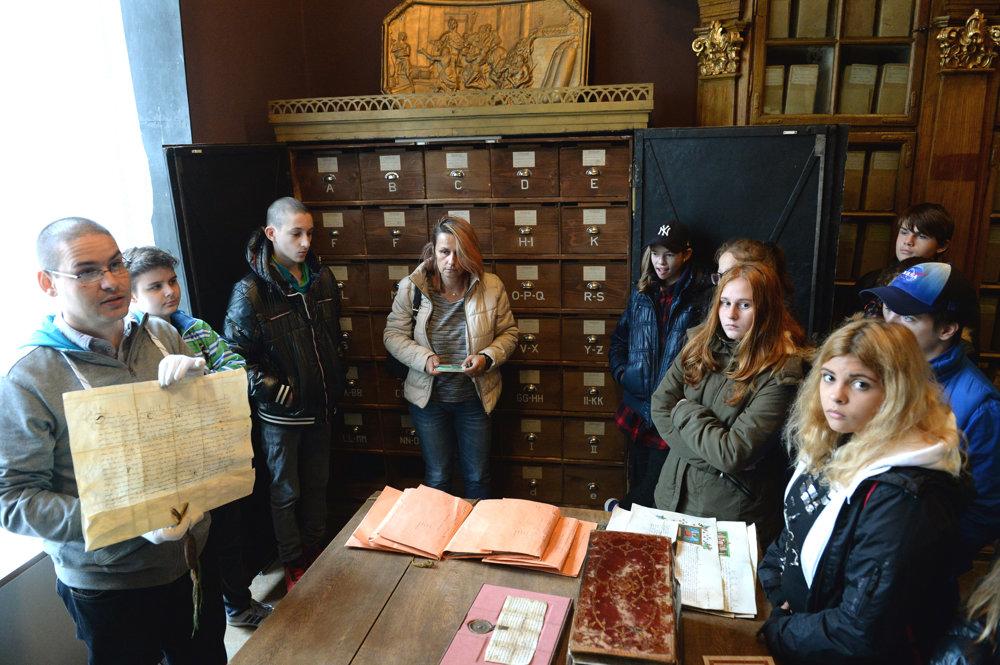 Archivár Martin Bartoš ukazuje návštevníkom dobové listiny.