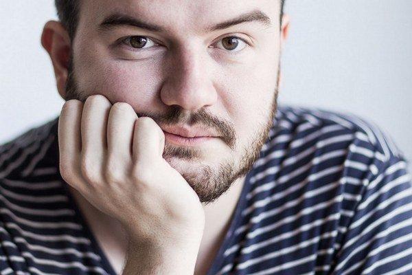 Martin Dubéci (27) vyštudoval politológiu v Brne a London School of Economics, pracoval ako poradca podpredsedníčky parlamentu Eriky Jurinovej z OĽaNO.