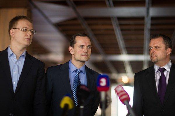 Beblavý (vľavo), Procházka a Hrnčiar (vpravo) podporili Andreja Kisku.