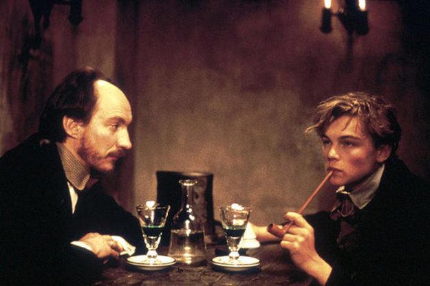 David Thewlis a Leonardo DiCaprio ako Paul Verlaine a Arthur Rimbaud vo filme Úplné zatmenie od Agnieszky Holland.