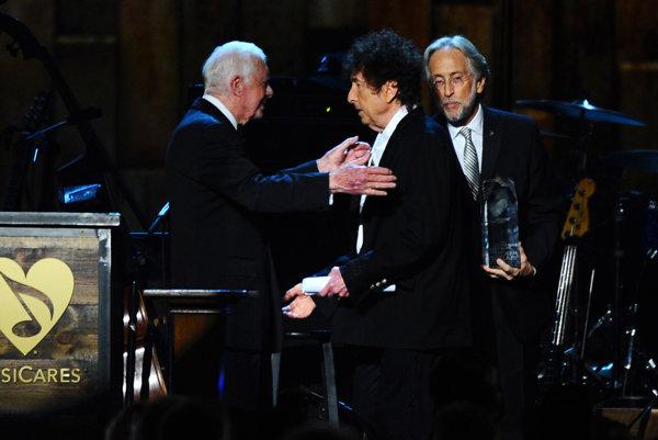 Bob Dylan (napravo) na podujatí v Los Angeles s Jimmym Carterom.