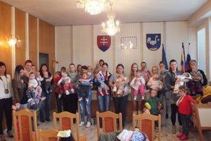 Spoločná fotografia rodičov sich ratolesťami astarostky obce Renáty Majchrákovej.
