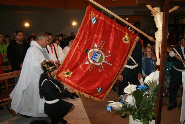 Požehnanie hasičškej zástavy.