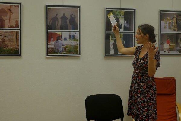 Lektorka Zuzana Vajdová pri prezentácii fotografickej tvorby.