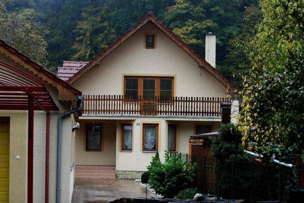 Predseda extrémistickej ĽSNS Marian Kotleba bol na obhliadke domu aj s manželkou Frederikou.