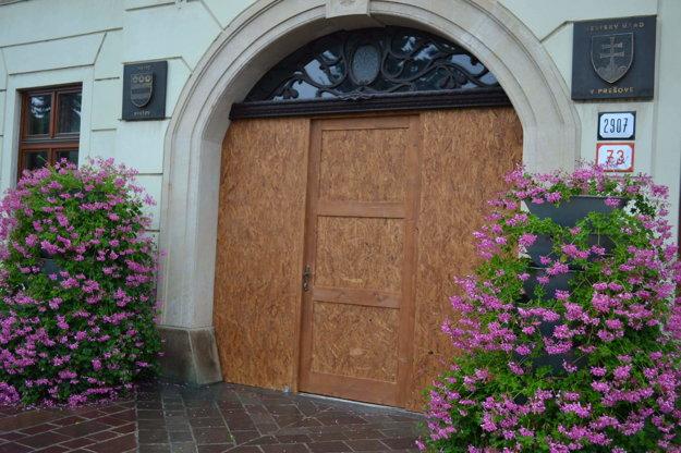 Takto vyzerali dočasné radničné dvere.