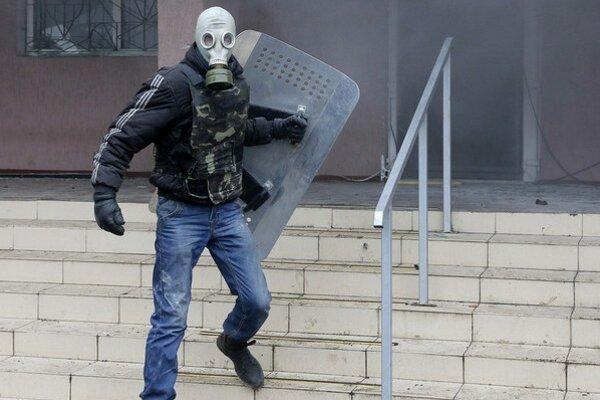 Proruskí rebeli s maskami na tvárach obsadili policajnú stanicu v meste Horlivka v Doneckej oblasti.