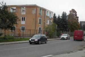 Opustenú budovu prerobia na bytový dom.