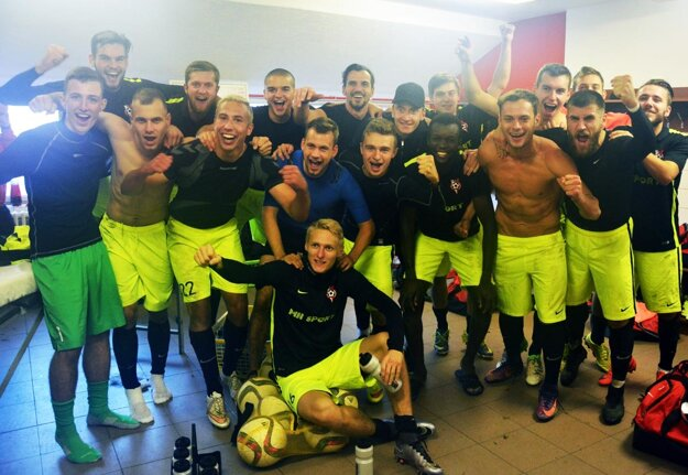 Spoločná snímka šťastných hráčov ŠKF v útrobách štadióna FK Dukla.