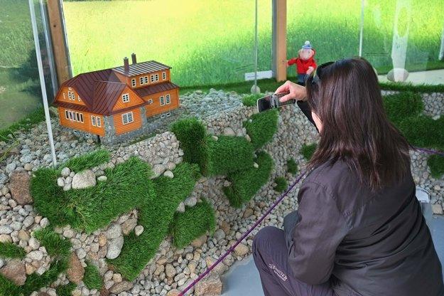 Chata pri Zelenom plese. Turistke učarovala miniatúra.
