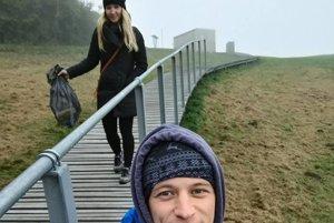 Manželia Kruľovci si z prechádzky na Straníku priniesli vrece odpadu.