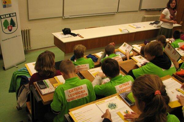 Mladí študenti dostali aj tričká projektu.