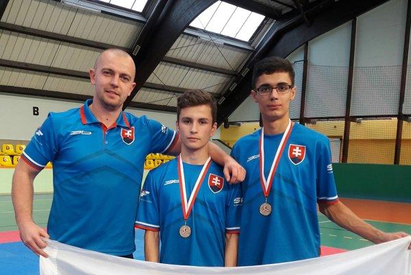 Tréner Tomáš Potocký (vľavo) so svojimi zverencami zo Sniny.