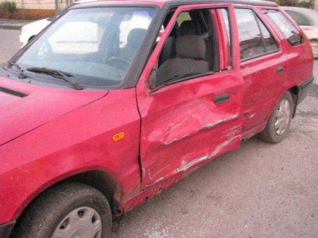 Nezodpovedný vodič vrazil do odbáčajúcej Škody.