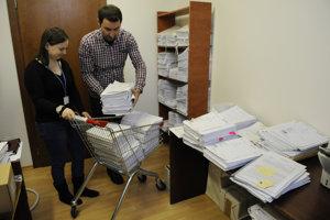 Práca so súdnymi spismi v spisovni Krajského súdu v Prešov.