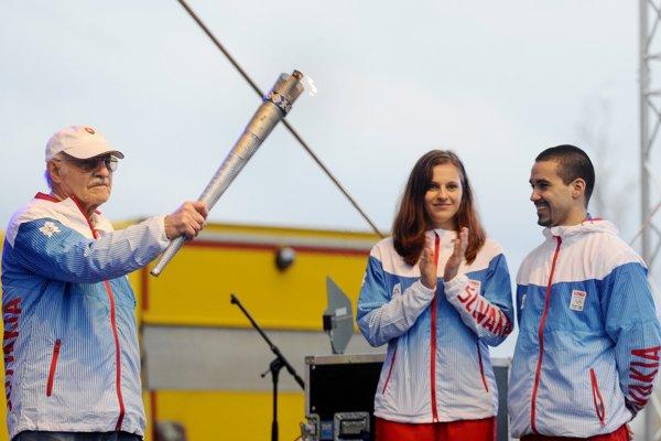 Jan Matocha odovzdáva pochodeň slovenským olympionikom Bartekovej aPiaseckému vmarci 2012.