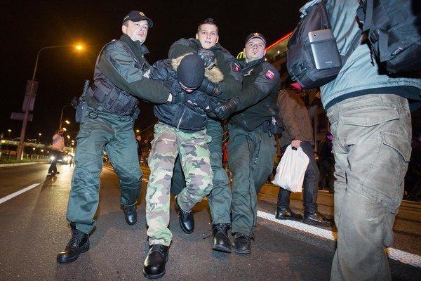 Policajti zatýkali demonštrantov v Bratislave.