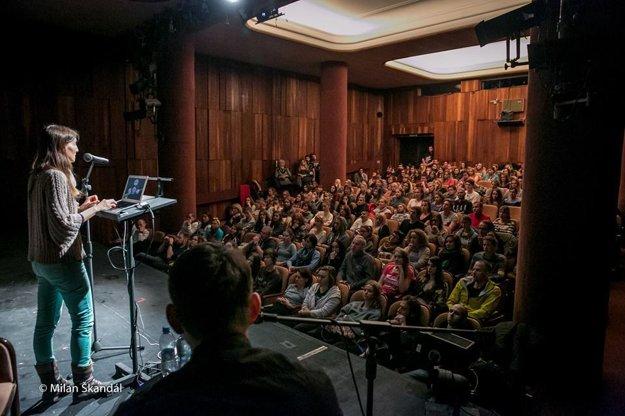 Melanie Joy počas prednášky v Bratislave.