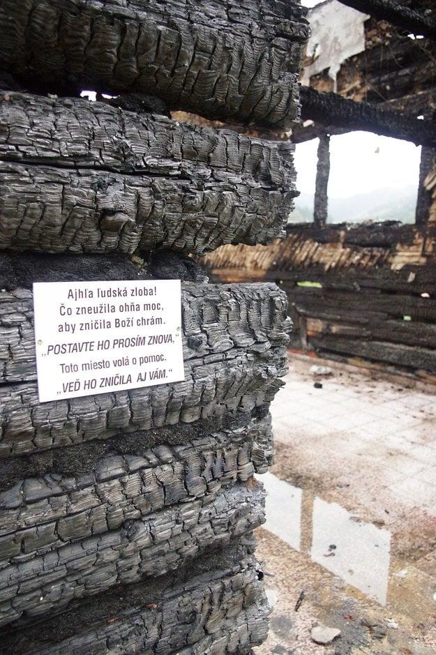 Odkaz na zhorených trámoch zničeného kostola.
