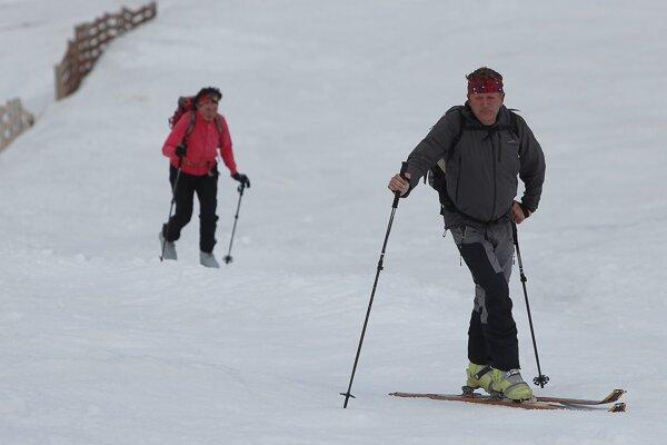 Skialpinistov budú informovať aupozorňovať prostredníctvom vývesných tabúľ smapami skialpinistických trás apokynmi pre bezpečný pohyb.