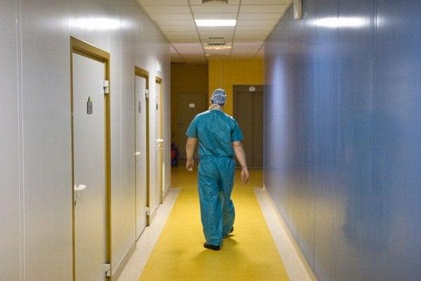 Operácia bedrového kĺbu je pre seniora veľmi  vážny zákrok.