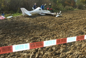 Medzi Košom a Novákmi spadlo pri cvičnom lete malé športové lietadlo. Pilotovi sa nič nestalo, včas sa katapultoval.