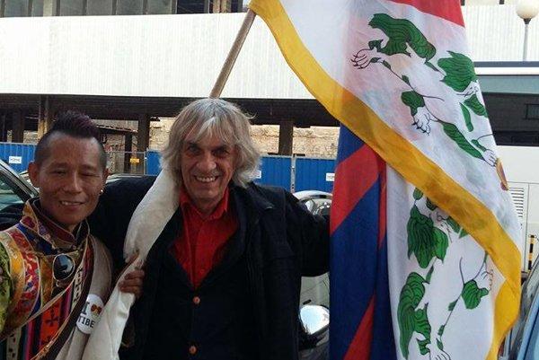 Aktivista. Peter Kalmus (vpravo) s tibetskou vlajkou.