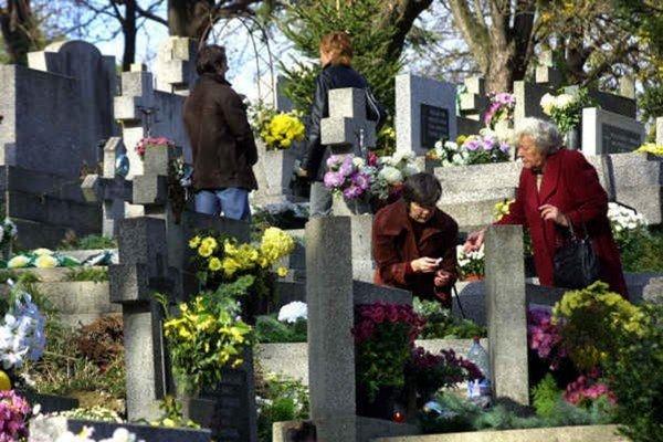 Kvetmi a vecami vyzdobené hroby. Na prelome októbra a novembra sú hroby najkrajšie z celého roka.