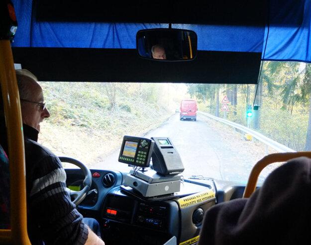 Čakanie autobusu, ktoré môže trvať až 15 minút, na obchádzke od obce Krahule.