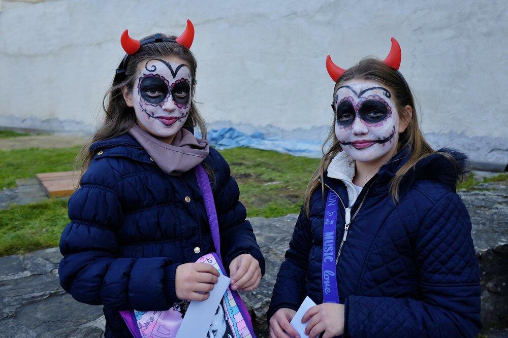 Na snímke dievčatá s pomaľovanými tvárami.