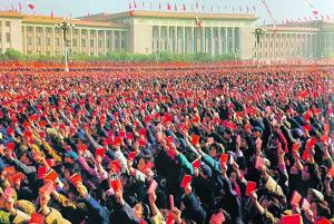 Masové vymývanie mozgov nazývané aj reforma zmýšľania má v Číne veľkú tradíciu. Počas tzv. kultúrnej revolúcie šírili Červené gardy, plné mladých ľudí s vymytými mozgami, teror a hrôzu po celej Číne.