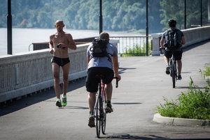 Cyklisti na bratislavskom nábreží Dunaja.