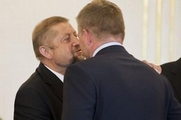 Robert Fico (chrbtom) a Harabin, Tichý Borec.