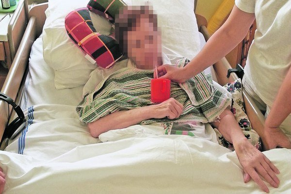 Pacientom nedávajú dostatočne piť, tvrdia aj lekári, ktorí ich museli ošetrovať.