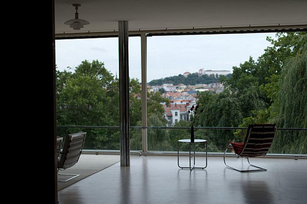 Otvorený priestor vo vile a výhľady cez obrovské okná pôsobia aj dnes prekvapujúco.