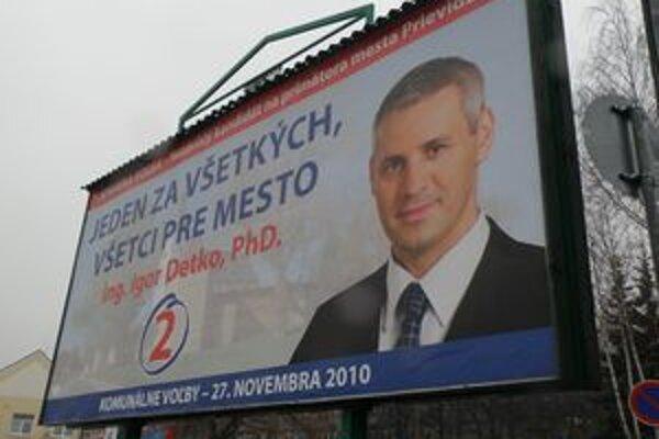 Na niektorých bilbordoch sú ešte stále kandidáti na primátora Prievidze.