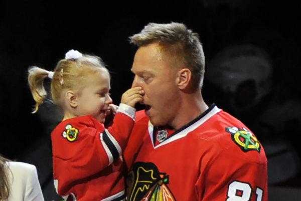 Marián Hossa so svojou dcérkou Zojou počas slávnosti po strelení päťstého gólu v NHL.