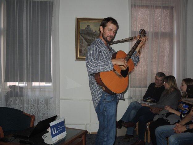 Gitara bola na cestách jeho najlepšia priateľka.