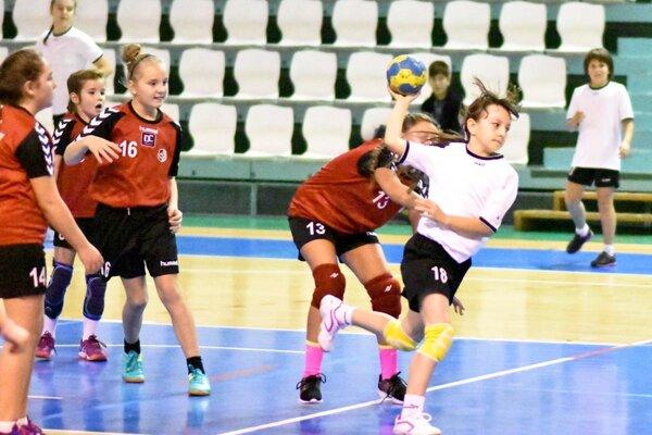 Snímka zo stretnutia mladších žiačok UDHK Nitra - Topoľčany, ktoré sa skončilo výsledkom 26:0.