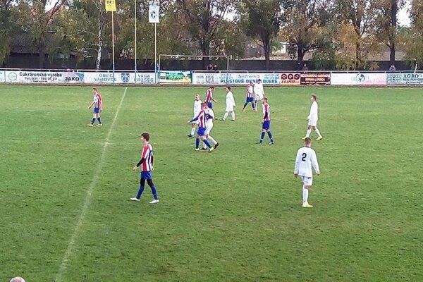 V derby Váhoviec s Patou sa tešili hostia (v červeno-modrých dresoch).