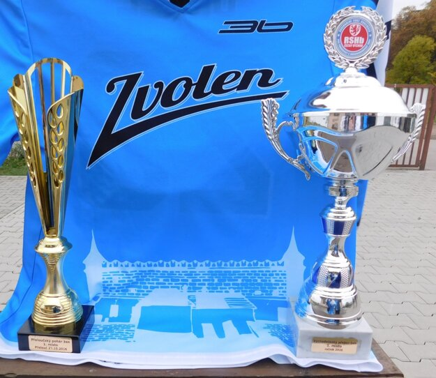 Vľavo pohár pre víťaza turnaja v Přelouči, vpravo pohár pre celkového víťaza.