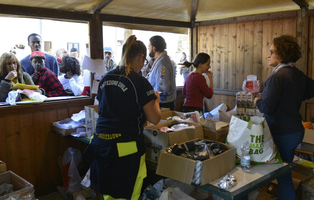 Talianski dobrovoľníci rozdávali obyvateľom jedlo, nápoje, ale aj oblečenie.