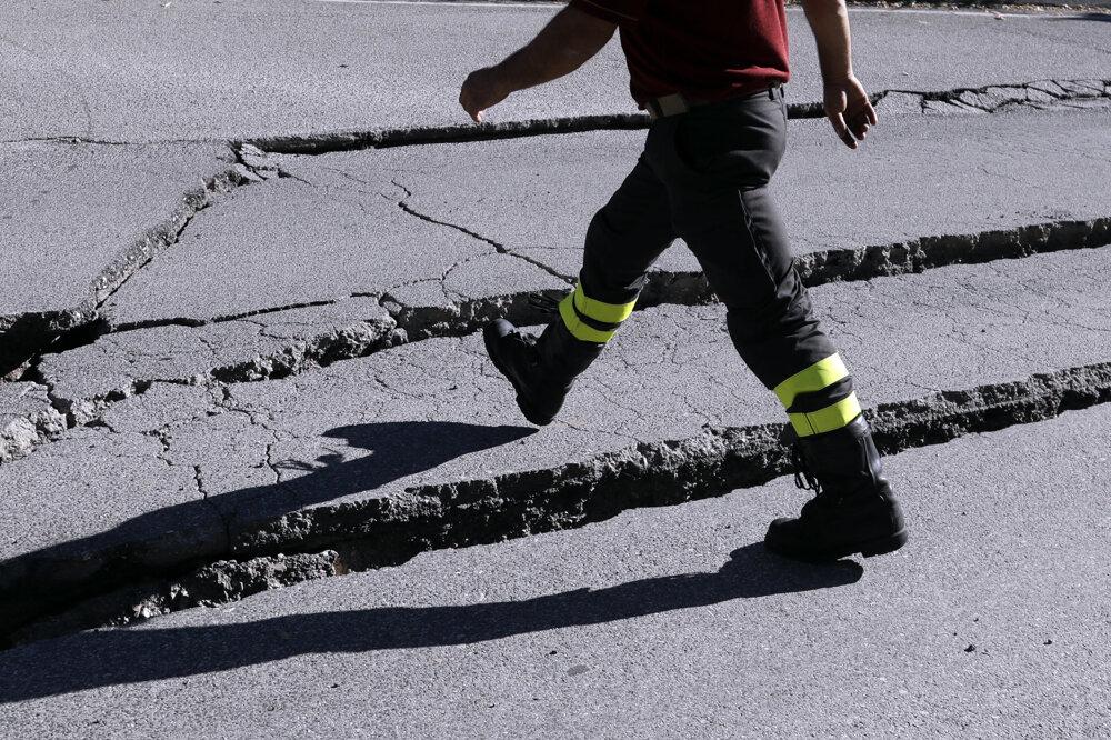 Zničená cesta v meste Norcia.