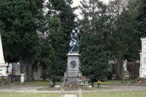 Hroby Beethovena a Schuberta vedľa Mozartovho pamätníka.