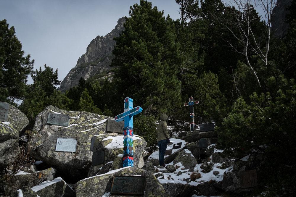 Symbolický cintorín pod západnými stranami Ostrvy na pamiatku tých, ktorí zomreli vo Vysokých Tatrách a vo svetových horách