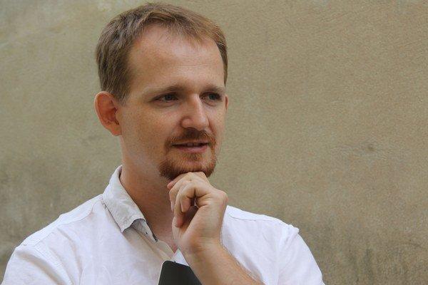 Narodil sa v roku 1984 v Topoľčanoch. Vyštudoval Fakultu elektrotechniky a informatiky na STU v Bratislave, doktorát získal na Fakulte informatiky a informačných technológií STU v Bratislave. Dnes na rovnakej škole pôsobí ako pedagóg. Je ženatý, s